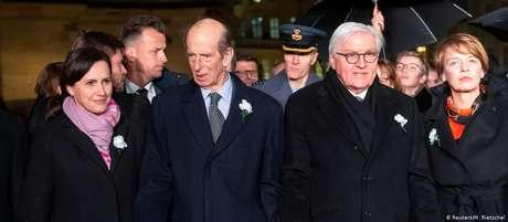 Presidente Steinmeier (à dir.) e príncipe Edward do Reino Unido participam de corrente humana em Dresden