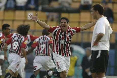Cicinho marcou gol na goleada por 5 a 1 sobre o Corinthians em 2005 (Foto: Reginaldo Castro/Lancepress!)