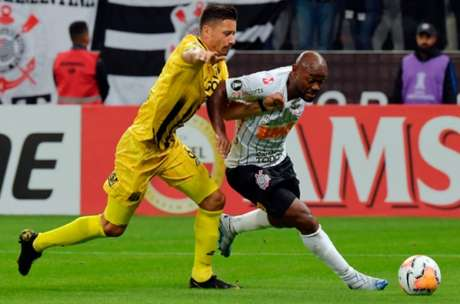 Vagner Love se movimentou bastante ao longo do duelo (Foto: NELSON ALMEIDA / AFP)