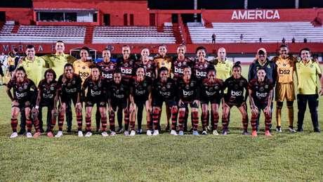 Equipe feminina do Fla já estreou o uniforme com BS2 estampado (Foto: Marcelo Cortes / Flamengo)