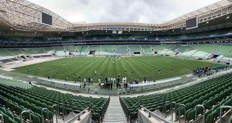 Equipes das categorias de base do Palmeiras treinaram no novo gramado do Allianz Parque nesta quinta (Divulgação)
