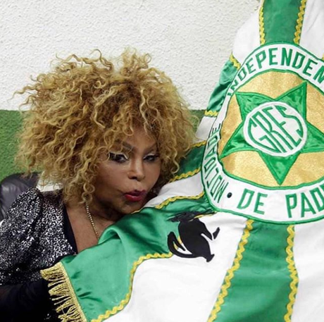 Elza Soares ressalta seus olhos com make marcante
