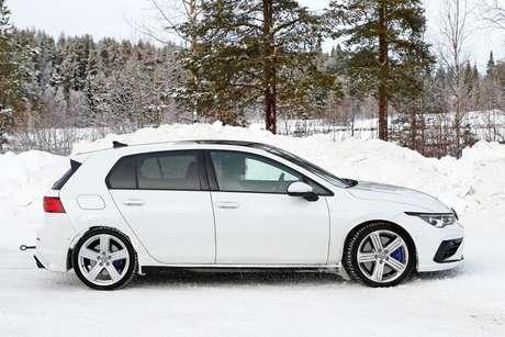 O carro flagrado em testes usava rodas de cinco raios, mas no carro de série elas terão um design mais elaborado.