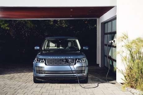 Range Rover PHEV recarregando na garagem: autonomia elétrica de 48 km.