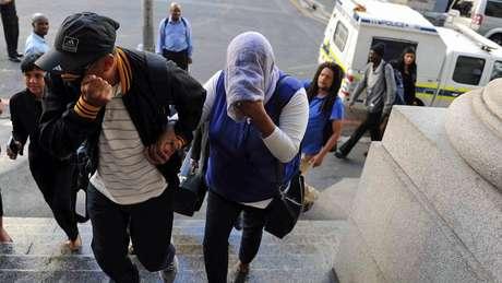 Lavona Solomon (com rosto coberto) chega para seu julgamento, em fevereiro de 2016