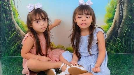 Helena e Heloísa (de vestido azul) são alegres e amorosas e gostam de jogos educativos, dizem os pais delas