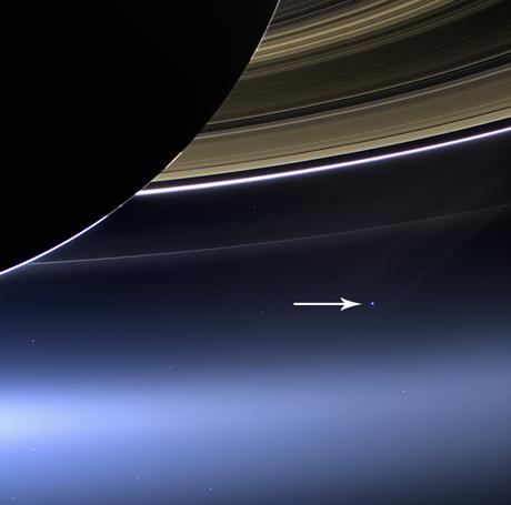 A sonda Cassini fez sua própria versão, em 2013, com Saturno em primeiro plano
