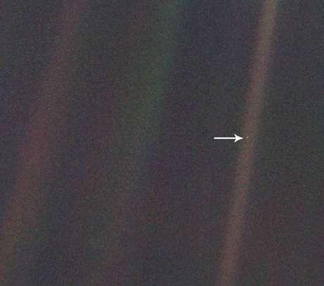 A imagem original (acima) foi feita a uma distância de 6 bilhões de km da Terra