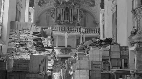 Saques alemães armazenados na igreja em Ellingen, Alemanha, encontrada por tropas dos EUA