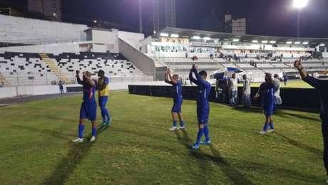 Jogadores do Santo André cumprimentam torcida após vitória no Campeonato Paulista