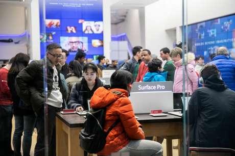 Consumidores em loja de varejo em Manhattan, Nova York 27/12/2019 REUTERS/Jeenah Moon