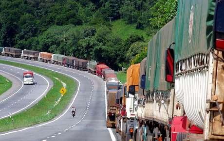 Caminhões transportam colheita de soja na BR-277, Brasil 19/03/2004 REUTERS/Rodolfo Buhrer