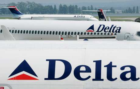 Aeronaves da Delta Airlines no aeroporto Reagan, em Washington. REUTERS/Larry Downing