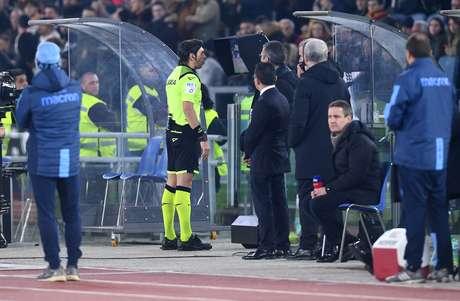 Árbitro olha o monitor do VAR durante partida entre Roma e Lazio pelo Campeonato Italiano 26/01/2020 REUTERS/Jennifer Lorenzini