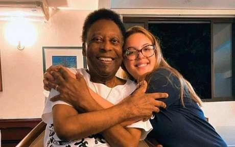 Pelé aparece sorridente ao lado da fotógrafa Isadora Vicente (Foto: Reprodução/ Instagram)