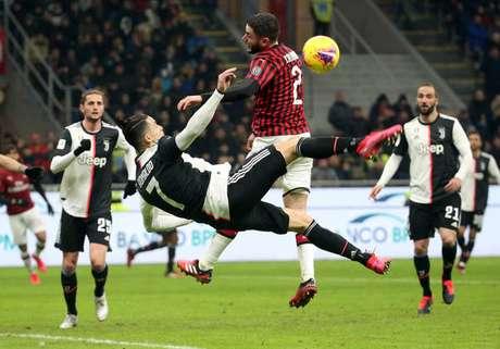 Lance que gerou pênalti para a Juventus em semifinal contra o Milan