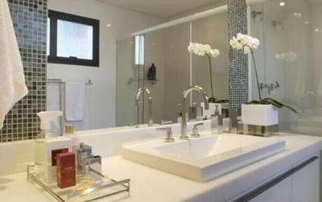 4 –A umidade do banheiro favorece a orquídea, então você pode aproveitar como cuidar de orquídea para mantê-la linda!