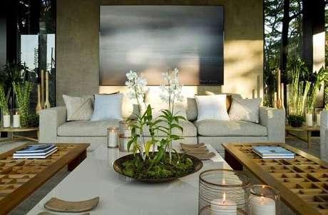 31- Living decorado com orquídeas brancas. Então aprenda como cuidar de orquídea para sua casa.
