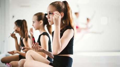 Através da publicidade, muitas meninas são impostas padrões adultos e, em seguida, desejam usar roupas ou maquiagem inapropriadas para suas idades