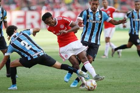 Grêmio e Internacional em partida do primeiro turno do Campeonato Gaúcho.
