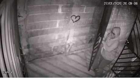 Imagens de câmeras de segurança mostram Carina, companheira de Ana Flávia, chegando no condomínio. Ela também teve a prisão temporáriadecretada