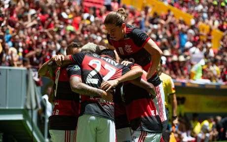 Jogadores do Flamengo comemoram mais um gol no Mané Garrincha (Foto: Alexandre Vidal / Flamengo)