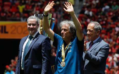Jesus agradece à torcida após vitória por 3 a 0, neste domingo (Foto: SERGIO LIMA / AFP)