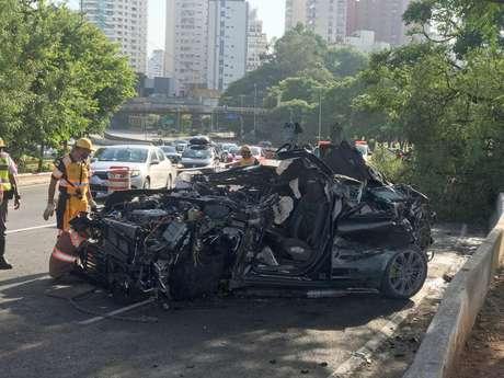 Jovem de 20 anos bate carro de luxo em São Paulo