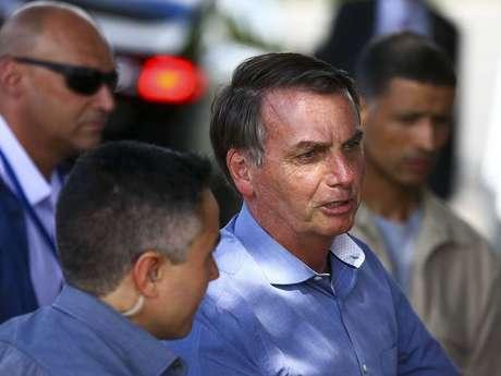 Bolsonaro conversa com apoiadores na entrada do Palácio da Alvorada.