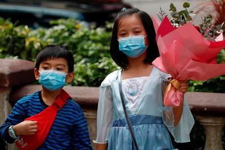 Crianças usam máscaras de proteção em Hong Kong 14/02/2020 REUTERS/Tyrone Siu