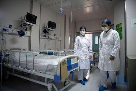 Enfermeiras em quarto que será usado para pacientes em quarentena em Xangai 17/02/2020 Noel Celis/Pool via REUTERS