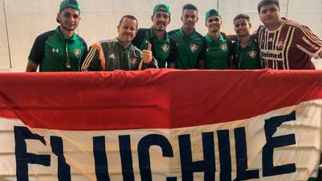 Alguns torcedores marcaram presença no desembarque do Tricolor (Foto: Lucas Merçon/FFC)