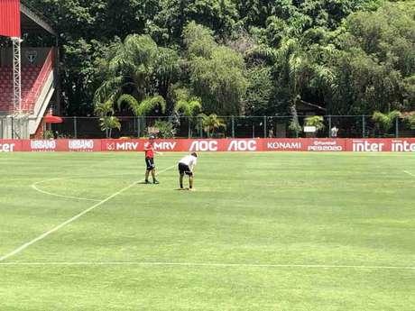 Diniz se aproxima de Igor Gomes enquanto o garoto treinava finalizações com os goleiros - FOTO: Fellipe Lucena