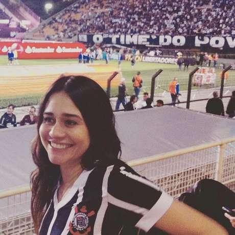 Alessandra Negrini virou corintiana por causa de um ex-namorado e vai ao estádio com frequência