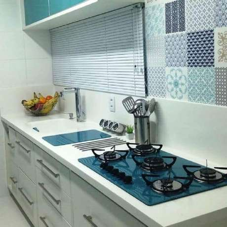 6. Decoração simples para cozinha com cooktop azul – Foto: Eduardo Cavalcanti Castro