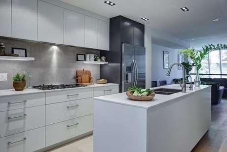 9. Decoração toda em branco com armário de cozinha com cooktop – Foto: Pinterest