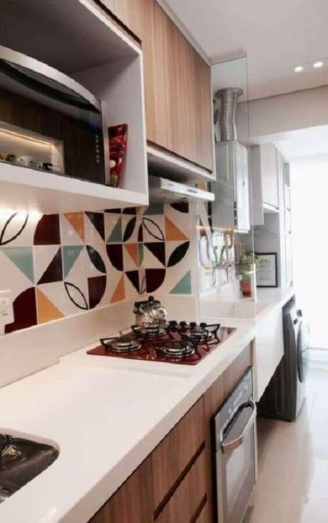 10. O armário de cozinha com cooktop colorido pode garantir uma decoração mais divertida para o seu ambiente – Foto: Pinterest