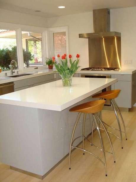 11. Decoração clean para cozinha com fogão cooktop e ilha – Foto: Decorando