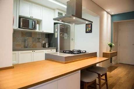 7. Decoração para cozinha com cooktop a gás e eletrodomésticos em inox – Foto: Arquitrecos