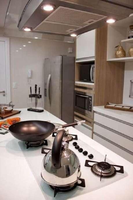 13. Cozinha planejada com cooktop branco – Foto: Larissa Vinagre