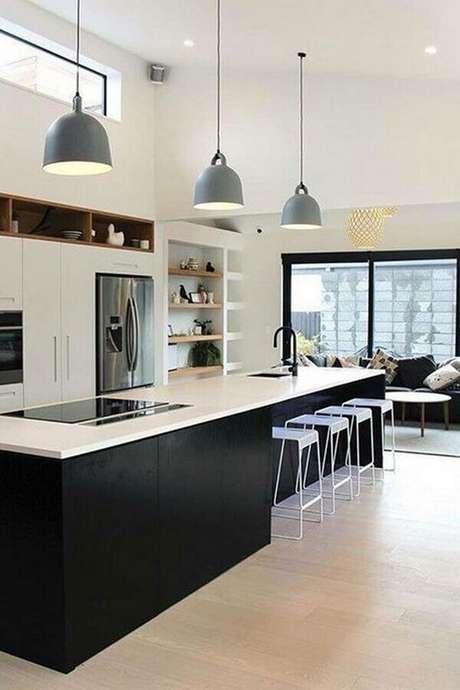 5. Decoração moderna para cozinha com fogão cooktop preta e branca – Foto: Interior Design