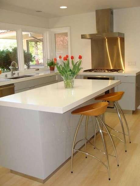 15. Decoração toda branca para cozinha planejada com cooktop – Foto: Yelp