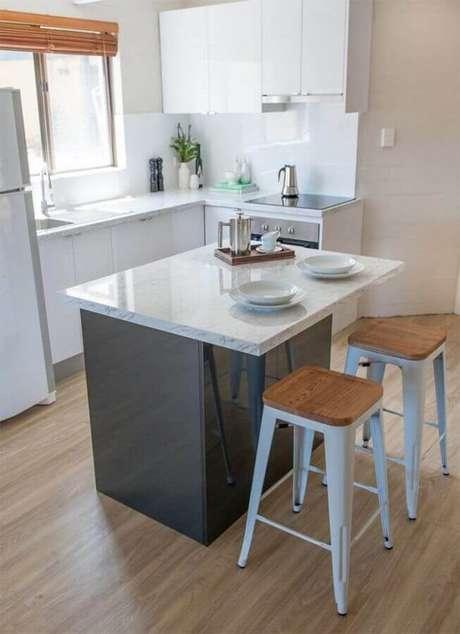18. Decoração simples para cozinha compacta com cooktop e ilha pequena – Foto: Assetproject