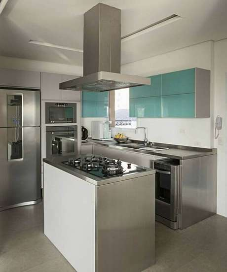 19. Cozinha compacta com cooktop planejado em ilha pequena – Foto: Casa de Valentina
