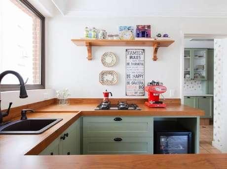 20. Decoração simples com pia de cozinha com cooktop instalado em bancada de madeira – Foto: Pereira Reade Interiores
