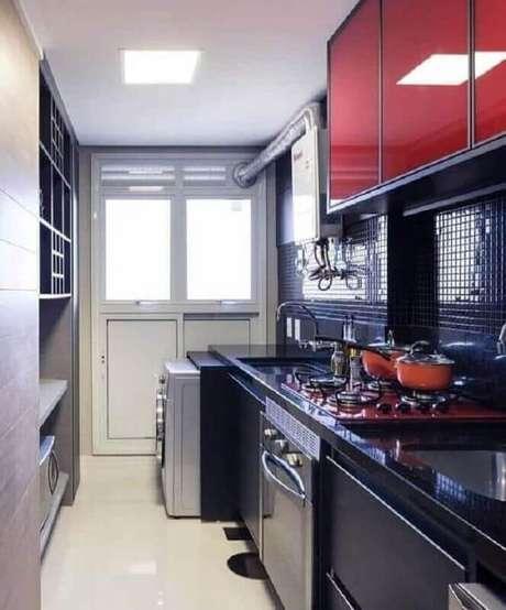 4. Projeto de cozinha compacta com cooktop vermelho e armários planejados pretos – Foto: Casa de Valentina