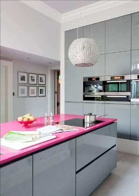 8. Decoração moderna para cozinha com cooktop instalado em bancada cor de rosa – Foto: My Decorative