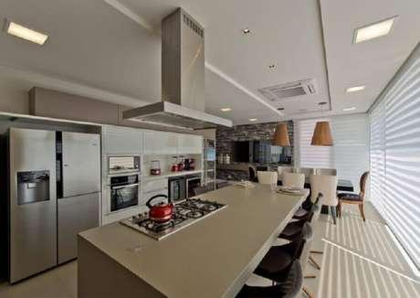22. Cozinha completa com cooktop e ilha grande – Foto: Espaço do Traço