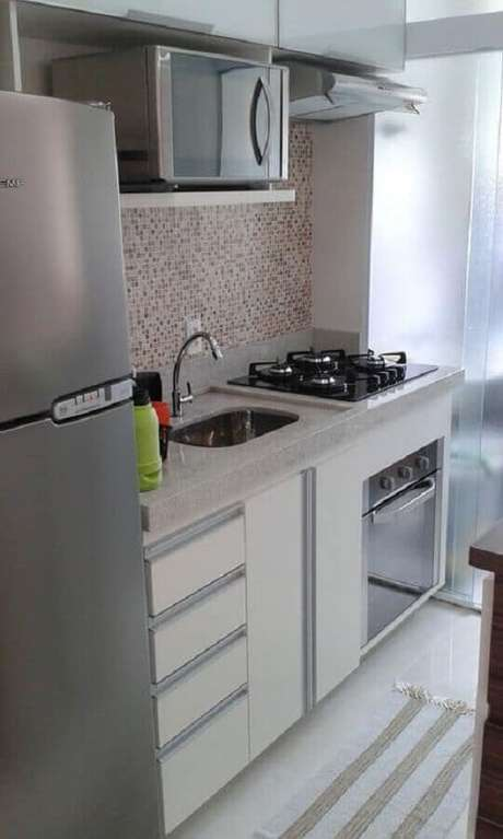 24. Cozinha compacta com cooktop decorada com pastilhas – Foto: ES Marcenaria