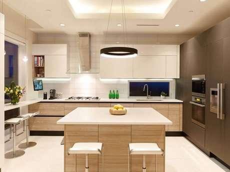 25. Cozinha planejada com cooktop e armários de madeira – Foto: Yelp